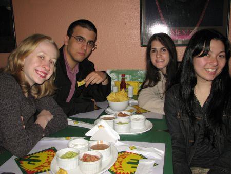 Eu, Rosquinha, Fê (vestida de anja) e Mari. O Má foi o fotógrafo e não saiu :-)
