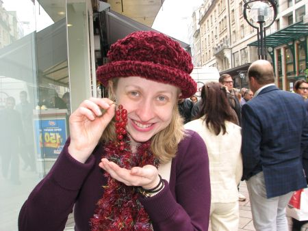 Eu feliz com minha groselha no meio de uma rua em Genebra