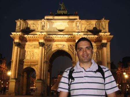 Má na frente do Arco do Carrossel. Tô me saindo bem como fotógrafa, num tô? :-)